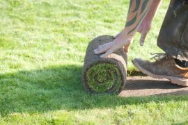 Pokládání travního koberce