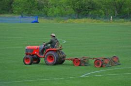Údržba trávníku na povrchu fotbalového hřiště