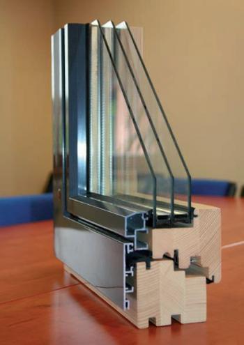 Dřevohliníkové okno TTK ALU PLUS, ve kterém je z venkovní strany okenní křídlo i rám v jedné rovině. Toto řešení přitahuje architekty i investory.