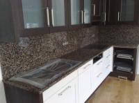 Kamenná kuchyňská pracovní deska a obklad stěny