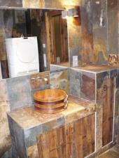 Kombinace kamene, dřeva, skla a kovu - originální koupelna