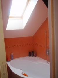 Pohled do podkrovní koupelny přiotevřenými dveřmi