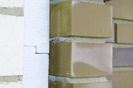 Zateplení fasádním polystyrenem a obezdívka lícovými cihlami - velmi drahé řešení právě kvůli ceně a pracnosti pokládky lícového zdiva