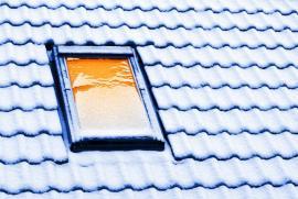 Z kvalitně zateplené střechy neodtává za mrazu sníh