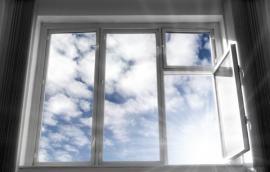 Oknem se dostává do bytu světlo, ale i teplo