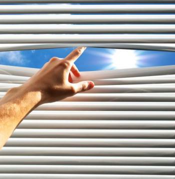 Stínění okna horizontální žaluzií