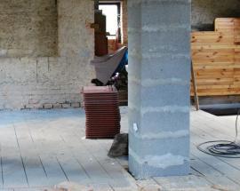 Stavba nového komína - v půdním prostoru lze původní komín zbourat zcela, v nižších patrech jeho plášť nejčastěji ubouráme pouze z jedné strany