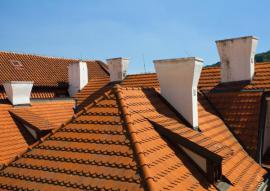 Opravené nadstřešní části komínů starších domů