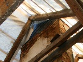 Detail napojení nové nadstřešní části komína na původní zdivo, rekonstrukce proběhla při opravě krovu a výměně střešní krytiny