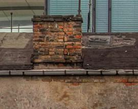 Rozpraskaná - neutěsněná nadstřešní část komína