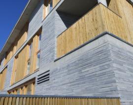 Palubky jako ozdobný prvek fasády doplňující dřevěné zábradlí lodžie a dřevěné oplocení