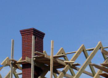 Prostup komína střešní konstrukcí novostavby