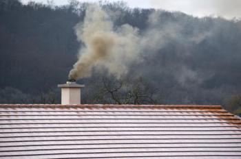 Komín by měl vyústit alespoň 0,5 metru nad střechou