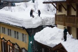 Přílišná sněhová nadílka ohrožuje střešní konstrukce i kolemjdoucí