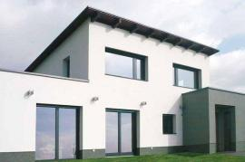 Pohled na dřevohliníková okna z vnější strany - barevnou úpravou povrchu hliníku lze okna sladit se stavbou