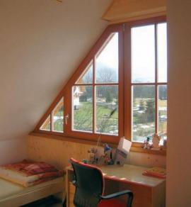 Pohled na dřevohliníkové okno z vnitřní strany - vynikne krása dřeva