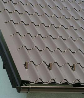 Sněhové zábrany je důležité umístit především vokapové části, nad balkony a nad vchodem. Ocelové protisněhové rozrážeče ve tvaru trojúhelníků je vhodné rozmístit po celé ploše střechy. Kde nehrozí nebezpečí, nechejte sníh ze střechy volně sjíždět.