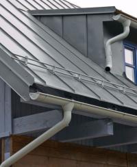 Ve vysokohorských zátěžových oblastech se pak, jak určují stavební normy, musí na okraj střechy namontovat účinnější zábrany vpodobě desky nebo 2 až 3 tyčové bariéry.
