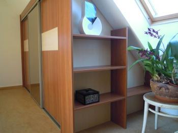 Skříň navržená pro šikminu podkrovní místnosti