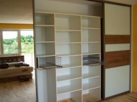 Vnitřní uspořádání šatní skříně s dveřní výplní z Lacobelu