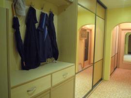 Šatní skříň v předsíni s odkládací stěnou a botníkem