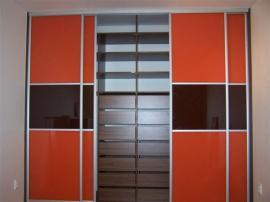 Šatní skříň s oranžovým Lacobelem