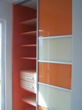 Nahlédnutí do skříně s lacobelovými dveřmi