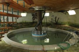 Kruhový bazén s ukotvením otočného mechanismu