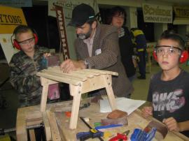 SUSO Ostrava - děti z dětského domova při práci se dřevem