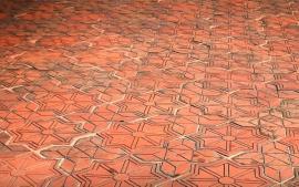 Cihelná dlažba s vyraženými vzory