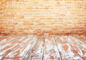 Vytmelená prkenná podlaha - v tomto případě se nevyhneme nátěru barvou