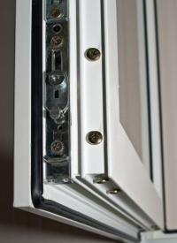 Detail okenního kování