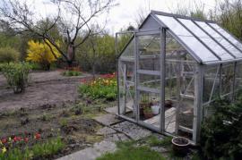 Sklenik na jaře - uvnitř vidíme zazimované rostliny v mobilních nádobách