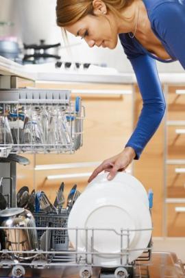 Mytím nádobí v ruce sice uspoříme elektřinu, nikoli však energie potřebné na ohřev vody a vodu samotnou, ta jen teče do kanálu, o pracnosti ručního mytí nádobí nemluvě