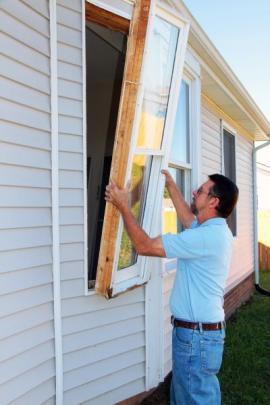 Vyjmutí původního okna - postup vyjmutí okenního rámu se liší podle typu oken a podle materiálů opláštění budovy