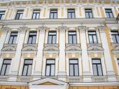 I pokud nelze fasádu starého bytového domu z různých důvodů zvenčí zateplit, jsou okna klíčovým prvkem snížení energetických ztrát budovy a zlepšení izolace hluku