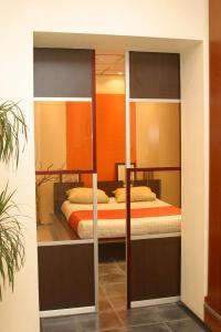Dveře posuvné na stěnu, dvoukřídlové
