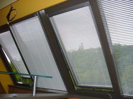Stínění střešních oken Velux žaluziemi