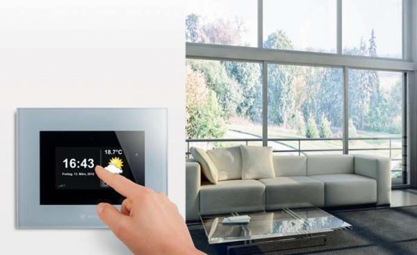 Nevídaný komfort: stačí pouhý dotyk a pomocí domovní automatizace SMI značky Becker budete mít všechny rolety v domě elegantně pod kontrolou.