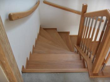 Dřevěné zábradlí v kombinaci s kovem, kov opticky odlehčuje masivní dřevo