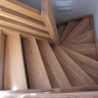 Masivní dřevěné schodiště a zábradlí