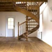 Točité schodiště je dominantou prostoru