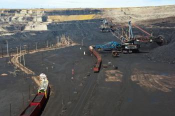 Povrchová těžba hnědého uhlí devastující krajinu