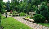 Chodník ze zámkové dlažby na zahradě
