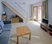 Masivní nábytek, pouze decentní kousky doplněné dřevěným schodištěm, okny a dveřmi