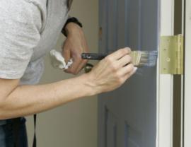 Jedním ze způsobů renovace masivních dveří je přebroušení, tmelení a nátěr