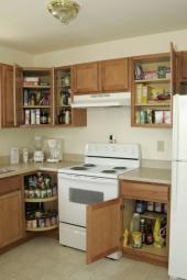 Uložení potravin ve skříňkách (špajzkách) kuchyňské linky