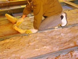 Pokládka izolace na podlahu půdy, následovat budou OSB desky a poté až pokládka plovoucí podlahy