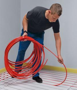 Flexibilní PB trubka znávinu se pokládá rychle a snadno: Lehký tlak stačí na to, aby se trvale pevně zafixovala vdrážkách systémové desky. (Foto: Viega)