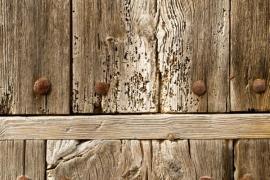 Staré degradované dřevo, stále však ještě drží